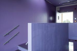 Die brandschutztechnische Beschichtung der Treppenhäuser strukturiert farblich das Gebäudeinnere und gibt Orientierung zwischen den einzelnen Geschossen