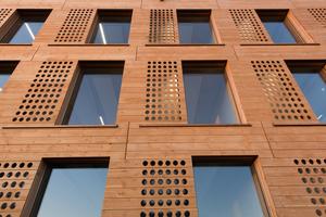 Die breiteren vertikalen Fugen in der Holzfassade markieren die Modulstöße