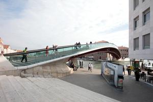 Und wenn man diese Stadt über die Ponte della Costituzione in Richtung Piazza Roma und Mestre und weiter verlässt, denkt man ganz sicher noch an die kleine Skizze von Paulo Mendes da Rocha im Halbdunkel auf der Wand eines Verbindungsraums, der hier auf dem letzten Foto die Bilderreihe beendet: