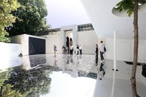Giardini, Österreichischer Pavillon: Spiegelboden draußen im Garten