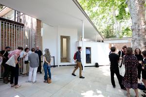 Giardini, Schweizer Pavillon: Uff, endlich draußen, der Blick stellt das Maßstäbliche langsam wieder her