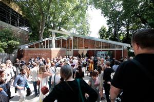 """Giardini: Der Kanadische Pavillon macht sich mit """"Canada Builds/Rebuilds a Pavilion in Venice"""" selbst zum Thema der Ausstellung. Die Kanadier nutzten den 60. Geburtstag des Gebäudes aus dem Jahr 1958 zur Präsentation der Sanierung/Restaurierung"""