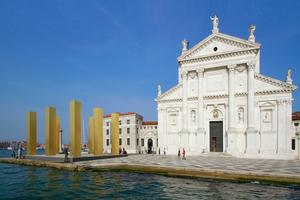 Überfahrt zur Chiesa di San Giorgio Maggiore mit Mack-Skulptur; hier auf der Insel hat der Vatikan seinen Beitrag versteckt: Waldkapellen! Zehn Stück