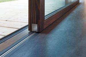 Durch den SKY-Effekt geht auch die Festverglasung nahtlos in den Fußboden über. Das Farbdesign der Schwelle ist an das Boden- oder Rahmenmaterial anpassbar.<br /><br />&nbsp;<br />