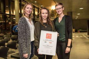 """Die mit dem """"Small House of Universal Design Award"""" ausgezeichneten Wismarer Studentinnen Simone Sprenger, Sarah Busching, Sophie Golle"""