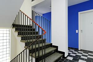 In den aufbereiteten Treppenhäusern im Gebäudekomplex Neuelandstraße setzen kräftige Farben Akzente