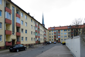 Es bestand Sanierungsbedarf: Die Fassaden der Nachkriegsbauten waren nicht mehr schön anzusehen – hier der Gebäudekomplex in der Neuelandstraße im Quartier Klushof, der auch nicht barrierefrei war<br />