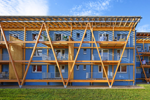 Der Wohnblock Wulsdorf erhielt neue Balkone zur Gartenseite und besticht durch seine freundliche, hellblaue Farbigkeit, die einen Kontrast zum warmen Holzton bildet<br />