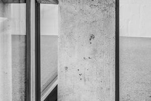 Ein konstruktives Auflager der Betonfassade des neuen Schulhauses in Thal/CH von Angela Deuber Architektin aus Chur/CH