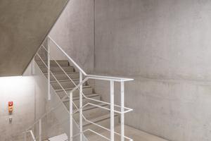 Auch im Treppenhaus liegt die Betonung auf Sichtbeton<br />