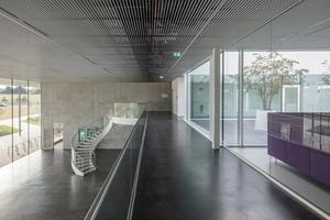 Die Wendeltreppe durchbricht die streng orthogonale&nbsp; Architektur des Gebäudes<br />