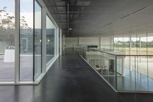 In die Galerie fällt viel Tageslicht, da diese von tiefen Fenstern eingerahmt ist <br />