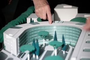 Und zum Schluss die weisende Hand des Architekten: Das muss immer sein, spätestens seit Le Corbusier