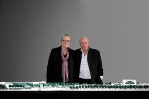 Charlotte Frank und Axel Schultes vor dem 1:250 Modell im Kanzleramt (ganz links die Erweiterung westlich der Spree, ganz rechts der 36 m aufragende Leitungsbau des Kanzleramts mit Repräsentationsräumen, dem Pressesaal und natürlich dem Büro der Kanzlerin)