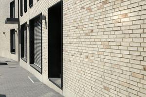 Die Klinkerfassade korrespondiert mit den farbenfrohen, kleinteiligen Wohngebäuden aus der Gründerzeit in der Nachbarschaft. Die changierenden beige-weißen Grundtöne mit Kohlebrandakzenten&nbsp; verleihen dabei der Gebäudehülle ein ruhiges, warmes Erscheinungsbild<br />