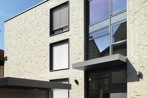 Insgesamt elf Wohnungen und fünf gewerbliche Nutzungseinheiten finden Platz im Neubau.<br />Drei Eingänge gliedern das Haus in öffentliche wie private Bereiche<br />