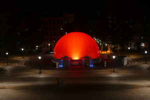 Die pneumatische Kuppel mit einem Durchmesser von 16 m besteht aus transluzentem Material und wird an ihrer Basis mit einem wassergefüllten Schlauch am Boden gehalten, der ebenfalls aus 12 Elementen besteht<br />