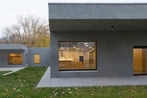 Abb. 7: Betonoase: Infraleichtbeton bedeutet Bauen ohne Wärmebrücken. Überdachte Eingangsbereiche schließen ohne thermische Trennelemente an die Infraleichtbetonfassade an