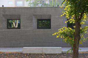 08 Betonoase – Da Infraleichtbeton nicht gepumpt, sondern geschüttet wird, zeichnen sich die Lagen in der Fassade ab wie in einem Steinbruch