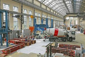 """03 In der 1912 von Peter Behrens errichteten Produktionshalle auf dem einstigen AEG-Gelände in Berlin befindet sich heute das Versuchslabor des Instituts """"Entwerfen und Konstruieren – Massivbau"""". Hier wurde der für den Bau der """"Beton-oase"""" entwickelte Infraleichtbeton getestet"""