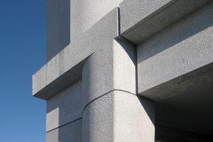Für die Architekten war die Planung der Betonfassade fast eine Art Forschungsarbeit, bei der es zu entscheiden galt, welche Zuschlagstoffe und Bearbeitung  ihren Vorstellungen am besten entsprechen würde.  Marmor in Kombination mit Eisenoxid bestimmt nun das Erscheinungsbild der Fassadenelemente