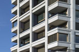 Die Gliederung der Fassade ergibt sich unmittelbar aus der inneren Raumstruktur mit teilweise 1,5 Geschosse hohen Räumen