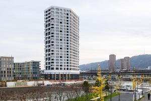 Das Zölly-Hochhaus hat einen unregelmäßígen, fünfeckigen, in Nord-Süd-Richtung orientierten Grundriss, der einen Bezug zum benachbarten, ebenfalls fünfeckigen Mobimo Tower aufnimmt. Plastisch ausgebildete Fassadenelemente, unterschiedlich große Fenster und Loggien verleihen dem Gebäude ein abwechslungsreiches Äußeres