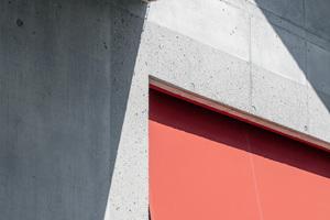 Da das Budget noch etwas gestalterischen Spielraum ließ, wurde der Beton der breiten Fensterlaibungen sandgestrahlt