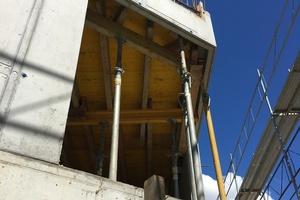 Alle Außenflächen sind aus Beton. Die 20cm starken Außenwände sind tragende Scheiben, der Aufzugschacht im Innern ist der aussteifende Kern