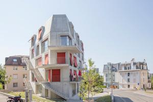 Der fünfgeschossige Sichtbetonbau liegt auf einem dreieckigen Grundstück. Die vielen Auskragungen lassen es kaum zu, das eigentlich einfach geschnittene Volumen auf einen Blick zu erfassen