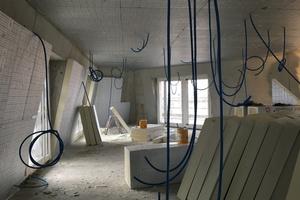 Für den Einsatz von Beton sprachen Kostengründe und die Möglichkeit konstruktiver Vereinfachung. Nach innen erhielt die Betonaußenwand eine Dämmung plus Gipskarton
