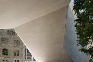 Den mit Tuffstein versetzten Beton lassen die Architekten ganz unterschiedlich wirken: Die Laibungen der Fenster sind glatt geschnitten, ...