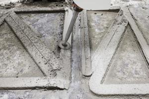 05(b)  Nachbearbeiten der Fügekanten vor dem Aushärten des Betons
