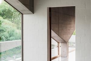 Der tragenden Betonstruktur mit den schräg verlaufenden Flächen als Auflager für die Geschossdecken müssen sich die nichttragenden, gemauerten Innenwände unterordnen