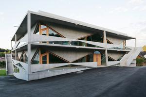 Die Konstruktion des Schulbaus besteht aus einer äußeren, umlaufenden Balkonebene und einer inneren Gebäudestruktur, die sich konstruktiv und statisch gegenseitig bedingen und voneinander abhängig sind