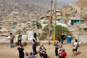 """Fördern: Projekt """"Centro Comunal"""". Im Rahmen der Summerschool in Lima erarbeiteten ArchitekturstudentInnen ein Nutzungs- und Planungskonzept für einen öffentlichen Speisesaal sowie eine Kindertagesstätte"""