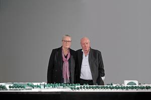 """Charlotte Frank und Axel Schultes vor dem westlichen Abschnitt des jetzt beinahe vervollständigten """"Band des Bundes"""""""