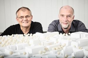 Prof. Lauster (links, TU Berlin) und Prof. Thiel (Charité) präsentieren das Architekturmodell des Forschungsneubaus, der auf dem Campus Virchow stattfinden soll.