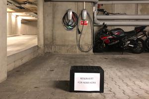 Wer die Zukunft denkt, fährt mit Strom. Matthias Horx jedenfalls tankt solchen in der Hotelgarage