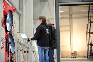 Bild 09 Qualitätskontrolle zur luftdichten Gebäudehülle: Mit einem BlowerDoor Differenzdruck-Test können sowohl die allgemeine Gebäudedichtheit quantifiziert als auch einzelne Leckagen aufgespürt werden. ... sinnvollerweise, wenn die Luftdichtung noch zugänglich ist