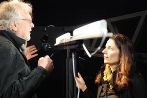 Prof. Mary-Anne Kyriakou und Peter Schuster im Nahfeldgoniophotometer des Lichtlabors