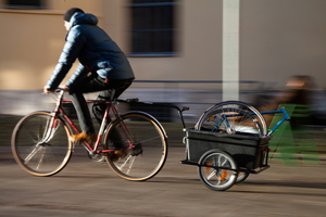 Ab sofort können StudentInnen den Fahrradlastenanhänger in der Fahrradwerkstatt kostenfrei ausleihen