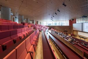 Transparenz und Durchlässigkeit waren Parameter, die die Architekten dazu bewogen, einen Hörsaal mit Glaswänden zu planen