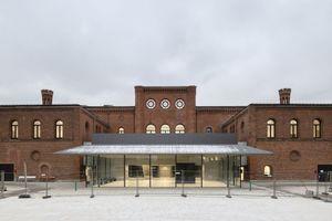 Der verglaste Pavillon im Ehrenhof setzt sich in Materialität und Formensprache deutlich vom Altbau ab