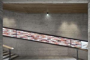 In der großen Treppenanlage dominiert Sichtbeton mit extra rauer Schalbretteroberfläche