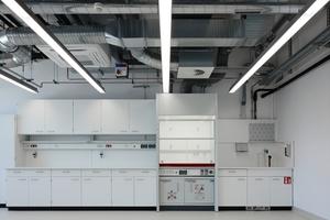 Ein Laborraum: Zum Schutz von schwingungsempfindlichen Messgeräten für Nanobereiche steht der Neubau als Ganzes auf einer extrem steifen, 1,60m starken Bodenplatte aus Stahlbeton. Extrem sensitive Geräte bzw. Laborflächen, die an den Schwingungsschutz besondere Anforderungen stellen, befinden sich im Untergeschoss direkt auf der Bodenplatte
