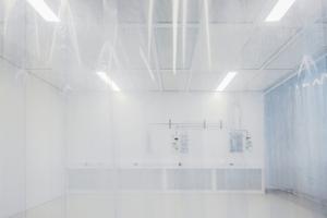 Reinraum im 2. Obergeschoss: Hier befinden sich Rasterelektronenmikroskope, Bereiche für die Synthesechemie sowie für Elektro- und Informationstechnik sowie Mikrotechnologielabors, die Nanomaterialien erforschen. Neben Laborrichtlinien galt es auch die Reinraumanforderungen bis zu ISO-Klassifizierungszahl 4 zu erfüllen