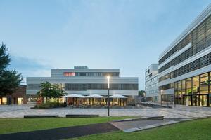 Die Gebäude des neuen Campus Derendorf gruppieren sich um einen zentralen, grünen Platz