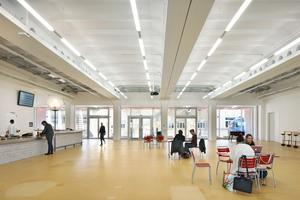 Das Erdgeschoss mit Foyer und Bar. Außerdem befinden sich noch die Bibliothek, ein Veranstaltungssaal und ein Kino auf dieser Ebene