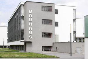 Im Jubeljahr von Bauhaus (Dessau) …